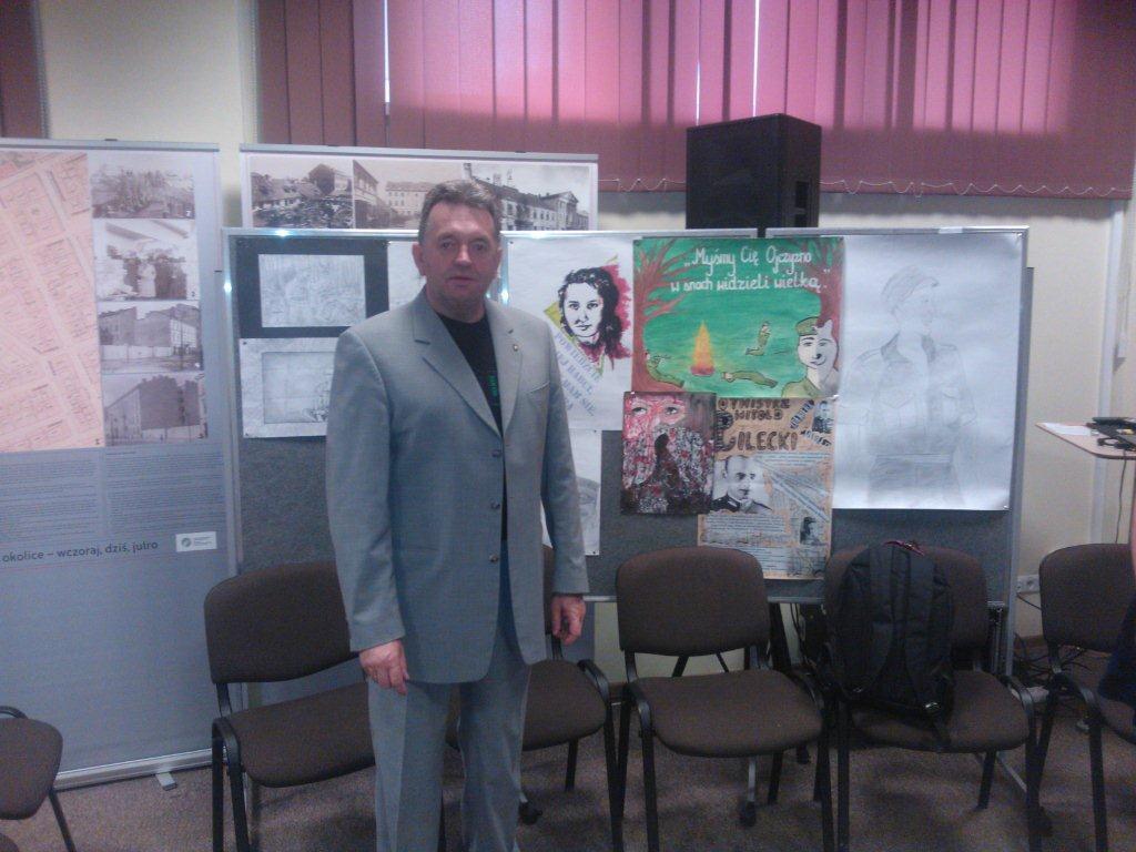 Przewodniczący PWS Jacek Wachowicz na tle prac konkursowych